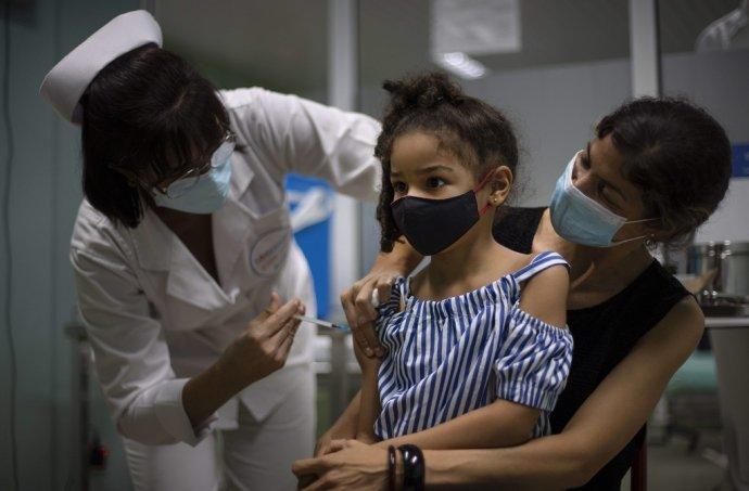 Dievča v havanskej nemocnici dostáva kubánsku vakcínu Soberana 02. Foto: TASR/AP