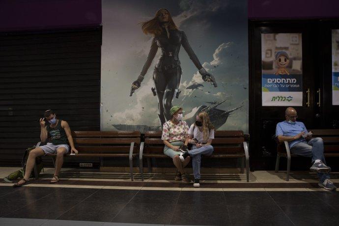 Izraelčania čakajú v miestnom kine na očkovanie. Foto – TASR