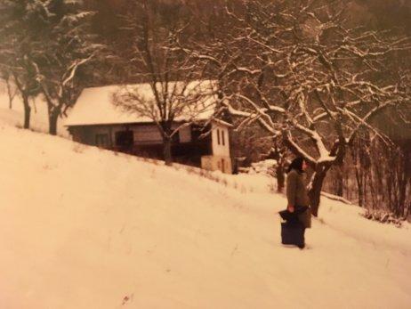 Zuzana pred rodičovským domom na Javorinkách pod Chorepou. Foto – archív Z. M.
