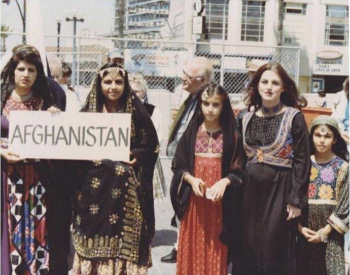 Mama a sestry Ariany Delawariovej v čase, keď s ňou jej mama bola tehotná. Na sebe majú tradičné šaty afganských žien. Foto - archív Ariany Delawariovej