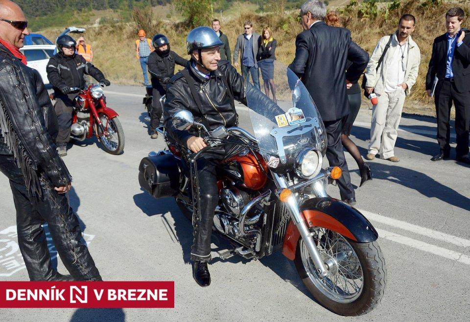 Bývalý minister dopravy Ján Figeľ otváral v roku 2011 slovenskú Route 66 na motorke. Foto - TASR