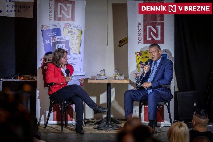 Roman Mikulec na diskusii Moniky Tódovej v breznianskej Bombure. Foto N – Tomáš Benedikovič