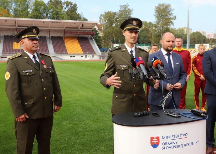 Matej Tóth (uprostred) s Jaroslavom Naďom (vpravo) a Romanom Benčíkom (vľavo). Foto - TASR/Ján Krošlák