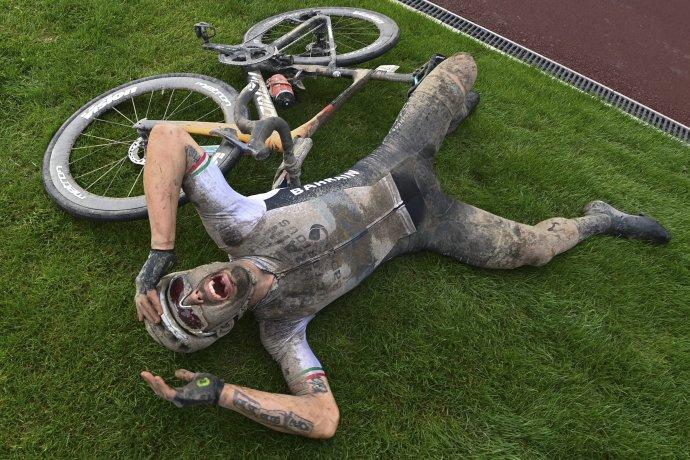 Sonny Colbrelli sa teší z víťazstva na Paríž – Roubaix. Foto –TASR/AP