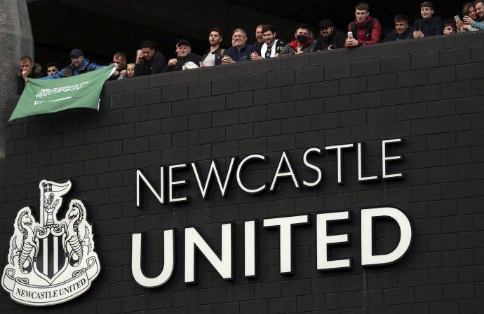 Fanúšikovia Newcastlu oslavujú príchod nových majiteľov. Foto - TASR/AP