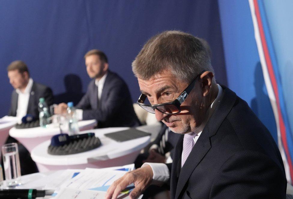 Andrej Babiš v debate Českého rozhlasu. Za ním Vít Rakušan (Piráti a STAN) a Tomio Okamura (SPD). Foto – TASR/AP