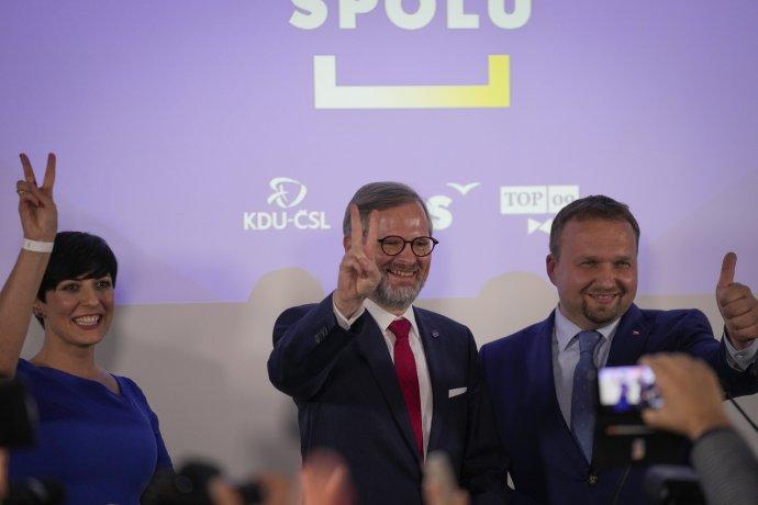 Líder koalície Spolu Petr Fiala (uprostred) s kolegami sa teší z víťazstva svojej strany v parlamentných voľbách. Foto –TASR/AP
