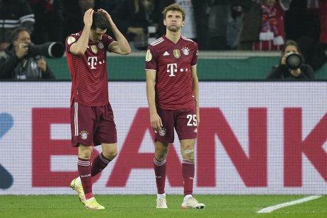 Hráči Bayernu Robert Lewandowski a Thomas Müller po skončení zápasu. Foto – TASR/AP