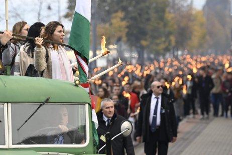 Výročie maďarského povstania si tisícky pochodujúcich s fakľami pripomenuli už v piatok. Foto – TASR/AP