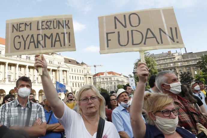 Protest proti Fu-tanskej univerzite v Budapešti. Foto - TASR