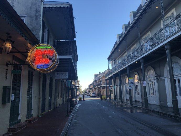 Prázdna Bourbon street v americkom štáte Louisiana vlani v novembri. Foto – Zoltan Gombos