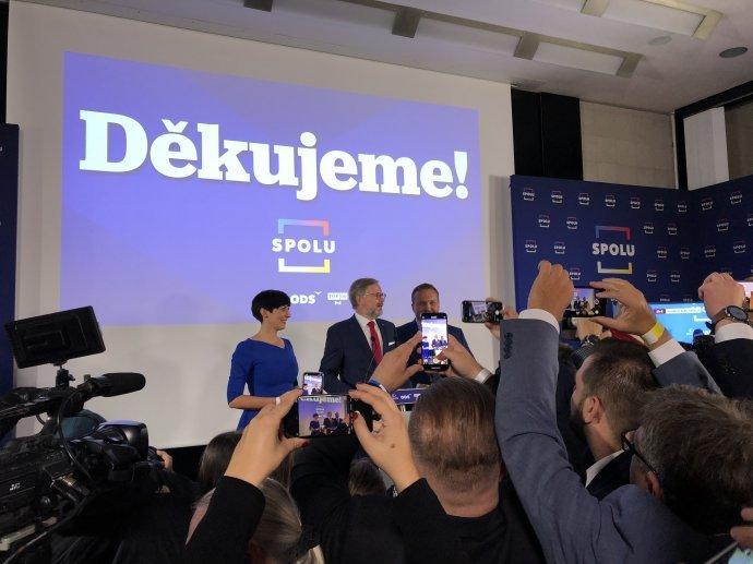 Markéta Pekarová Adamová, Petr Fiala a Marian Jurečka vo volebnom štábe Spolu. Foto - Adam Hecl / Deník N