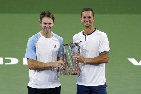 John Peers a Filip Polášek s prvou spoločnou trofejou. Foto – TASR/AP
