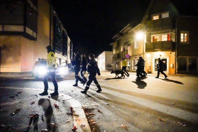 Policajti vyšetrujú na mieste útoku v nórskom meste Kongsberg. Foto - tasr/ap