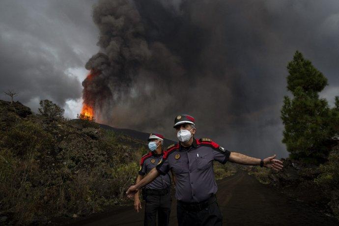Sopka Cumbre Vieja na španielskom ostrove La Palma vybuchuje už takmer mesiac. Foto – TASR/AP