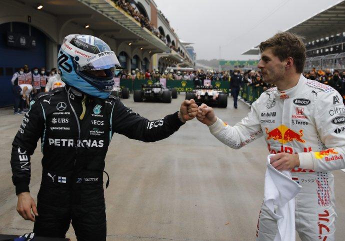 Valtteri Bottas (vľavo) a Max Verstappen po VC Turecka. Foto – TASR/AP