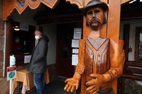 V motoreste U Franka v Starej Ľubovni platí od pondelka len predaj cez okienko. Foto N – Andrej Bán