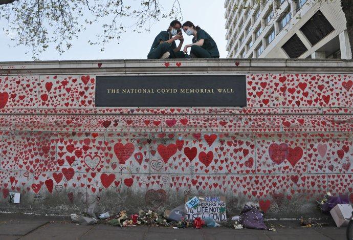 Národný pamätník obetiam covidu v Británii. Podľa parlamentnej správy britská vláda mohla zachrániť tisíce ľudí, ak by lockdown v marci 2020 zaviedla skôr. Foto - TASR/AP