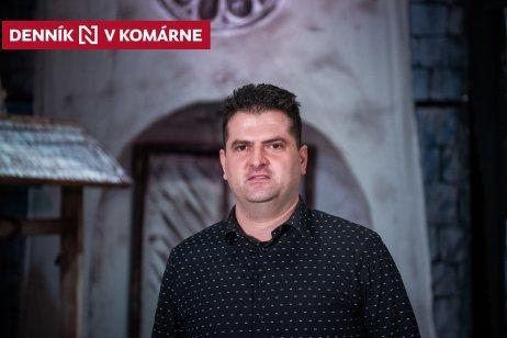 Jozef Černek a za ním kulisy na pódiu v Dome Matice slovenskej v Komárne. Foto N – Tomáš Hrivňák