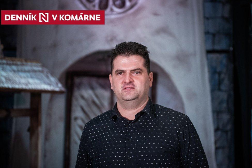 Jozef Černek a za ním kulisy na pódiu v Dome Matice slovenskej v Komárne. Foto N - Tomáš Hrivňák