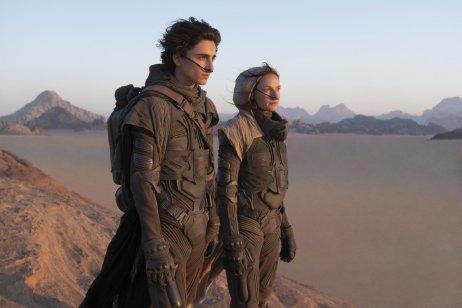 Paul Atreides a jeho matka Jessica v púšti plnej gigantických červov. Foto – Continental Film