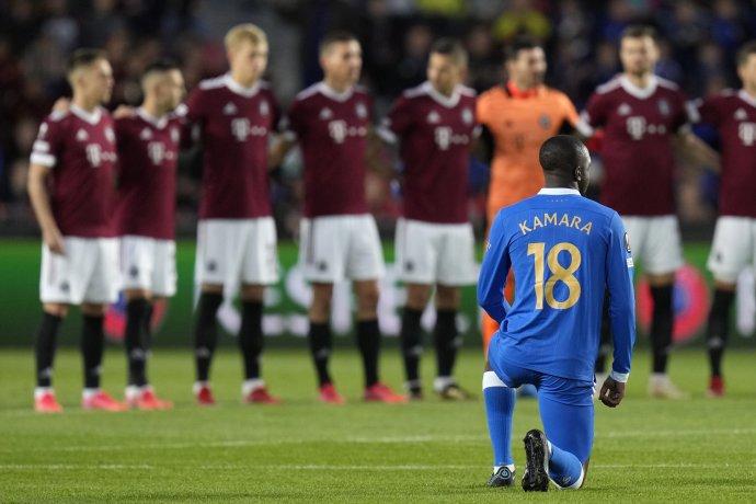 Glen Kamara a jeho pokľaknutie pred štvrtkovým zápasom v Prahe. Foto - TASR/AP